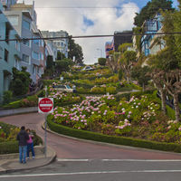 This steep, one-block section of the Lombard Street consists of eight tight hairpin turns, wich make it one of the crookedest streets in the world.