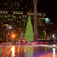 With the temporary skating rink and the huge christmas tree - and with part of the Dewey Column and the famous Westin St. Francis Hotel in the background.